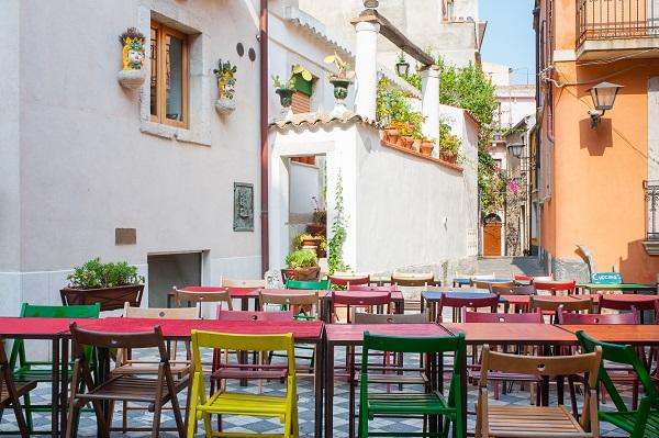 Tavoli in piazza a Castelmola - Marco Ossino