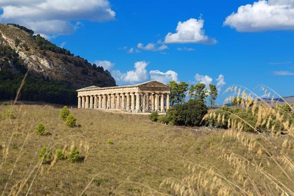 Il tempio di Segesta immerso nel verde -  lapas77
