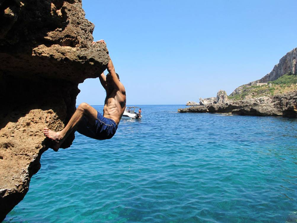 Ph. http://www.ymcaclimbingsanvito.it/attivita/climbing/deep-water-soloing