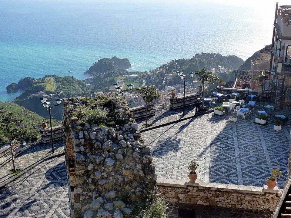 Castelmola-Piazza-dingresso-con-visuale-su-Taormina