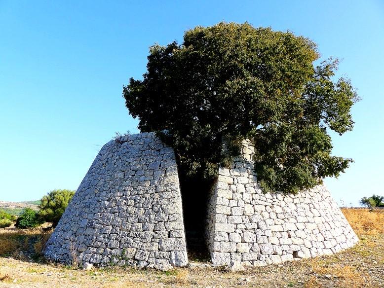 Costruzione rurale in pietra bianca - ph. Giulio Lettica
