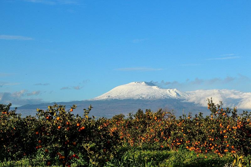 L'Etna innevata vista dalla Piana di Catania. Ph. Paolo Barone, via Visit Sicily.