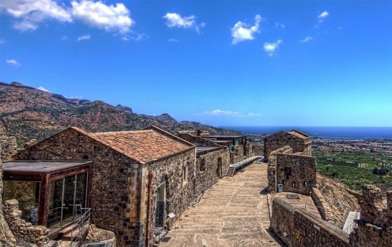 Panoramica del Castello di Calatabiano. Ph. IZI Travel via Visit Sicily.